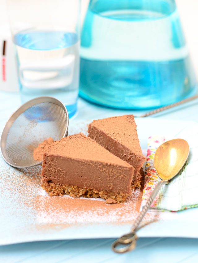 Класически изискано: торта със суров шоколад от Надя Петрова