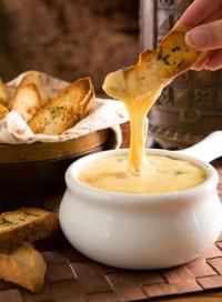 Моето традиционно фондю със сирене. Рецепта и съвети при сервиране.